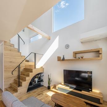 <p> LDK: 隣家が平屋なので、高い位置から光をとりこんでいます </p>