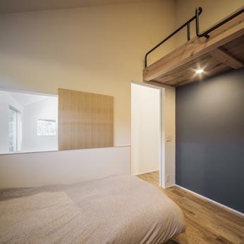 <p> 子供部屋: 右手の壁面は、マグネット塗装の上に黒板塗装を施してアクセントに。ロフトを合わせて7帖程度の空間 </p>