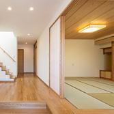 <p> 親世帯の玄関: 障子を開け放つことで和室と玄関が一体となる、昔ながらの間取り </p>