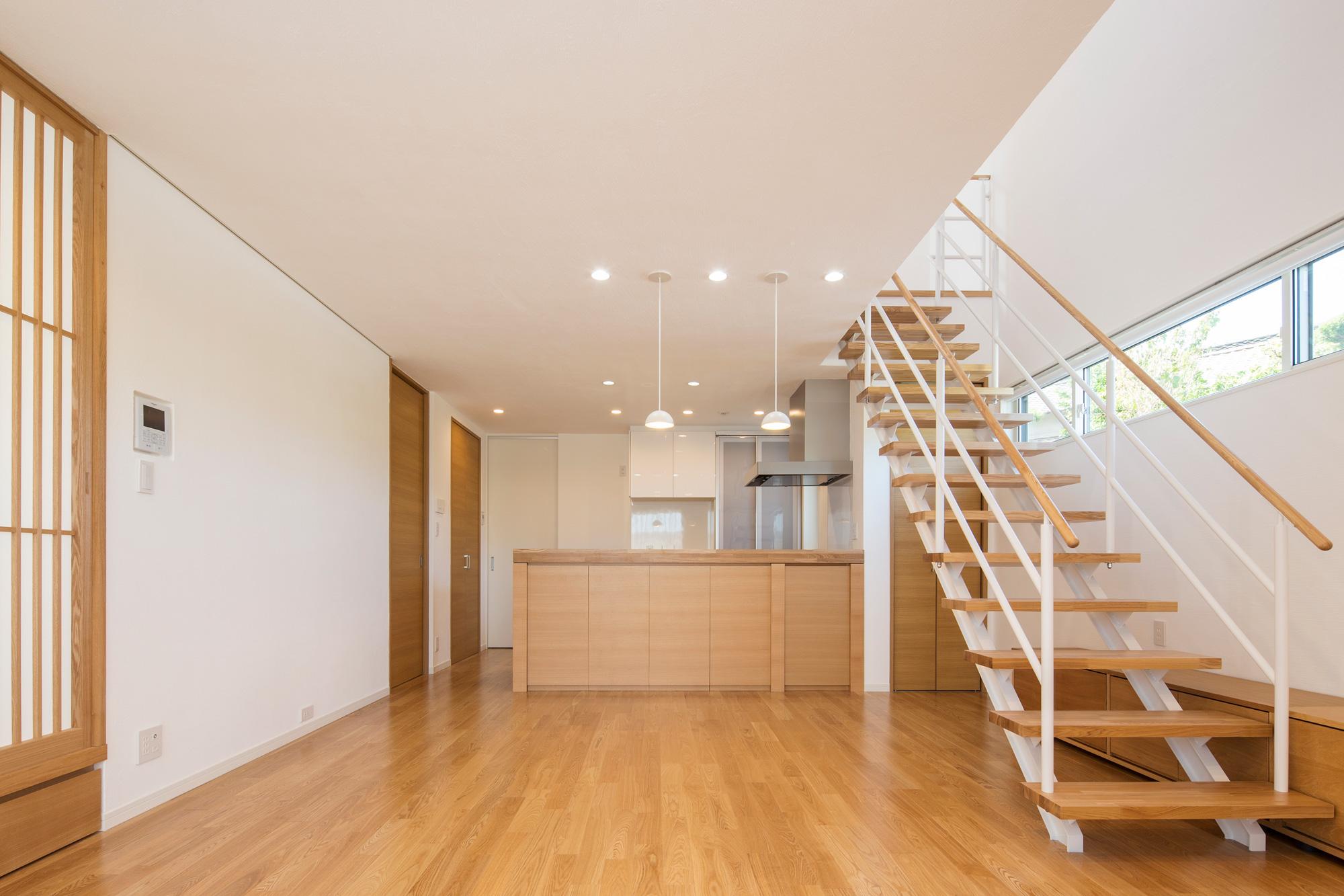 子世帯のLDK: デザインされた階段がアクセントとなり、モダンなテイストとなっています