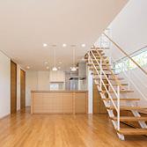 <p> 子世帯のLDK: デザインされた階段がアクセントとなり、モダンなテイストとなっています </p>