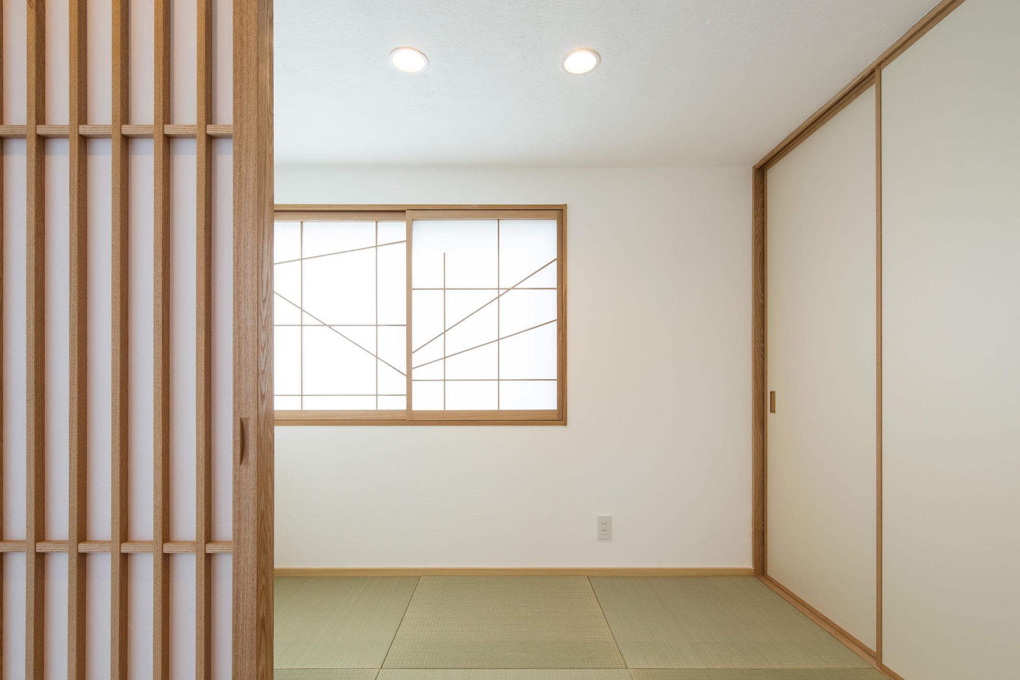 子世帯の和室: 3帖の和室ですが、この狭さと天井の低さが相俟って、意外に落ち着く空間になりました