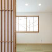 <p> 子世帯の和室: 3帖の和室ですが、この狭さと天井の低さが相俟って、意外に落ち着く空間になりました </p>