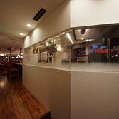 <p> オープンキッチンとエントランス: エレベータを降りると、目の前に白い壁とオープンキッチンが。調理中のシェフが一番にお客様をお迎えします </p>