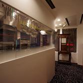 <p> オープンキッチンとエントランス: クラシックな家具と白いモダンな壁が調和しています </p>