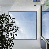 <p> 中庭の見上げ:切り取られた青空 </p>