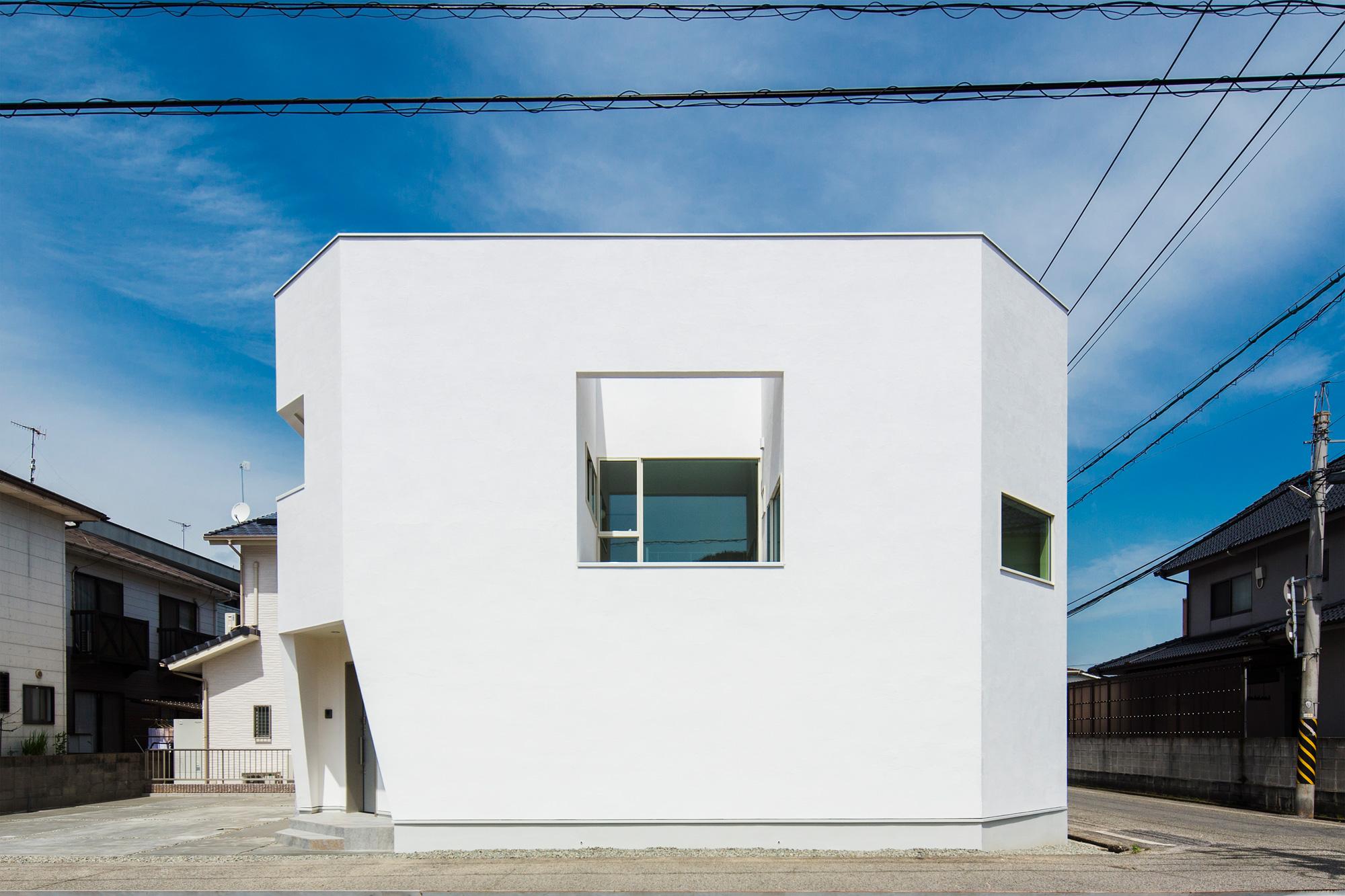 外観:中庭に面して開かれた正方形の開口が印象的