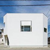<p> 外観:中庭に面して開かれた正方形の開口が印象的 </p>