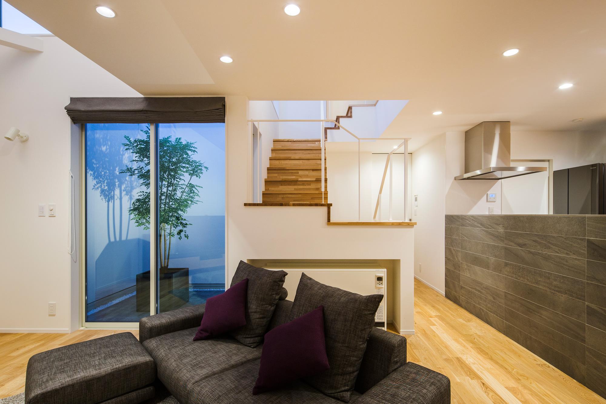 リビングから中庭・階段を見る:中庭とリビングと階段とキッチン、それぞれの関係性を意識しながら空間を構成しました
