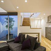 <p> リビングから中庭・階段を見る:中庭とリビングと階段とキッチン、それぞれの関係性を意識しながら空間を構成しました </p>