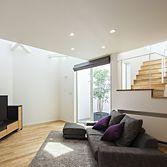 <p> リビング:吹き抜けと階段上部から降り注ぐ光が室内を充たします </p>