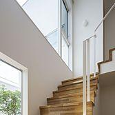 <p> 階段:中庭と空をみながら上下する階段 </p>