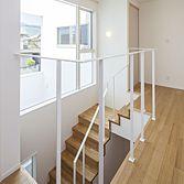 <p> 階段:大開口からの光を室内にとりこみます </p>