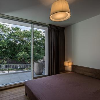 <p> ベッドルーム:カーテンを開け放つと、目の前に公園の緑が </p>