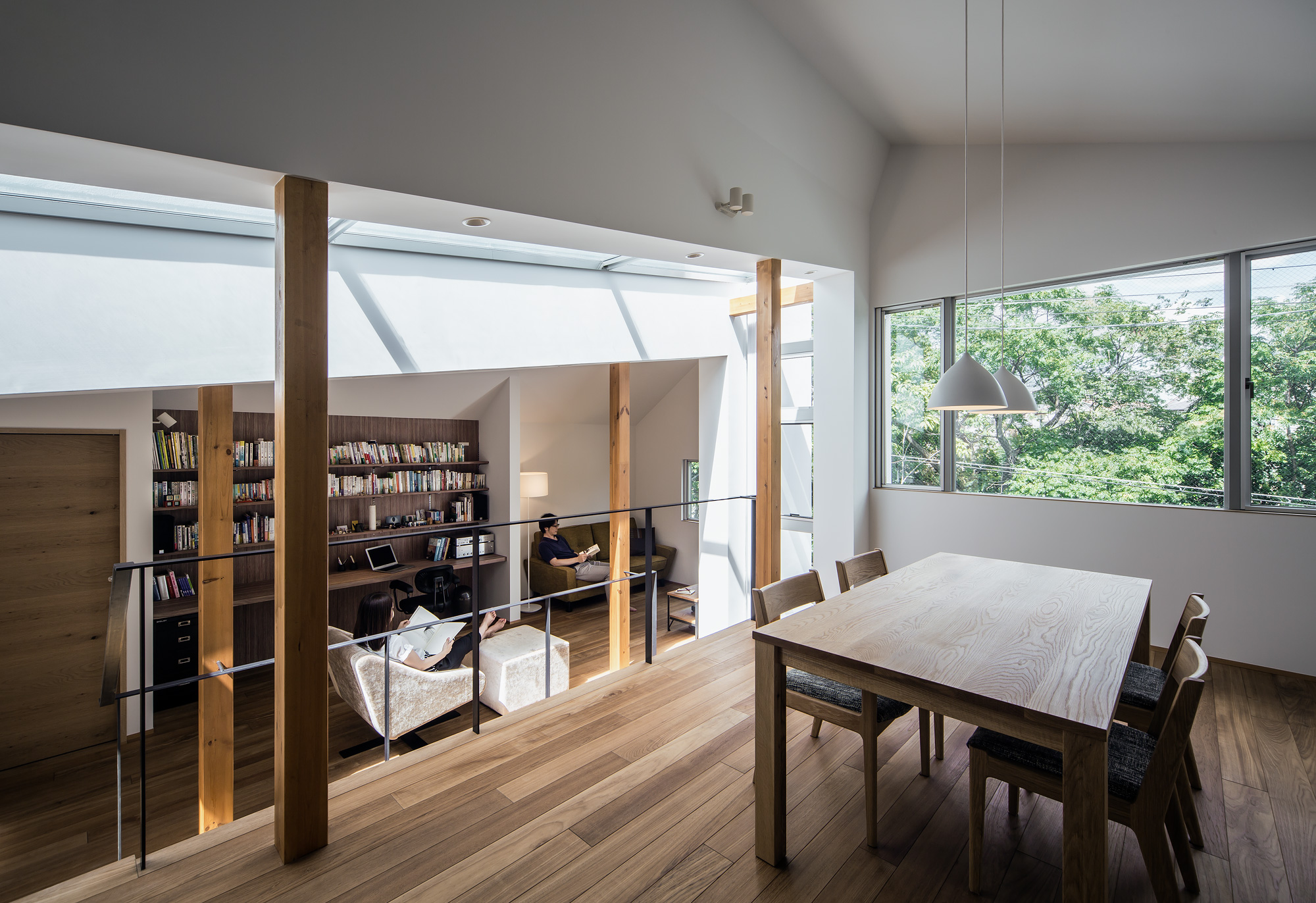 ダイニングルームから書斎+リビングルーム:遮る壁のない、広々とした空間。上下する視線が楽しいのも、スキップフロアならでは