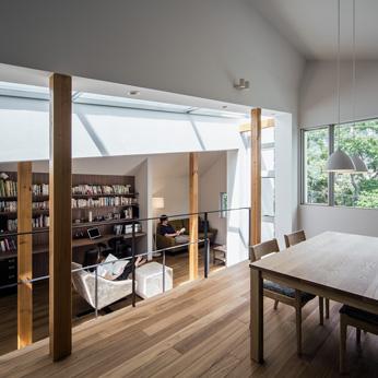 <p> ダイニングルームから書斎+リビングルーム:遮る壁のない、広々とした空間。上下する視線が楽しいのも、スキップフロアならでは </p>