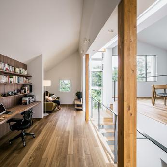 <p> 書斎+リビングルームからダイニングルーム:クレバスから降り注ぐ光で、家中が充たされます </p>