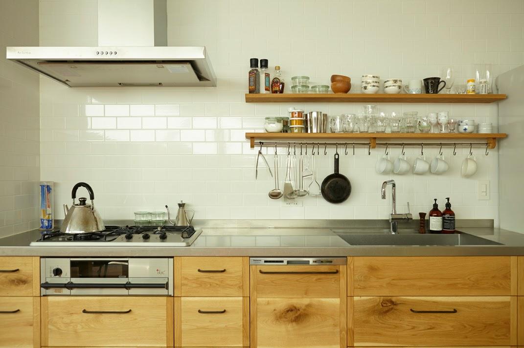 キッチン:秋田のナラ材に黒染の取手を併せたキッチン。壁のタイルとよくマッチしています/designed by KitoBito