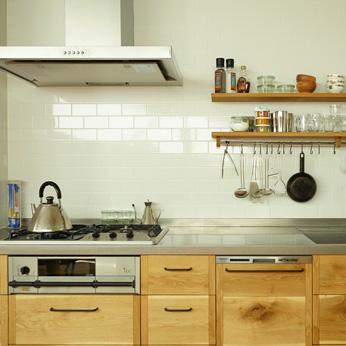 <p> キッチン:秋田のナラ材に黒染の取手を併せたキッチン。壁のタイルとよくマッチしています/designed by KitoBito </p>
