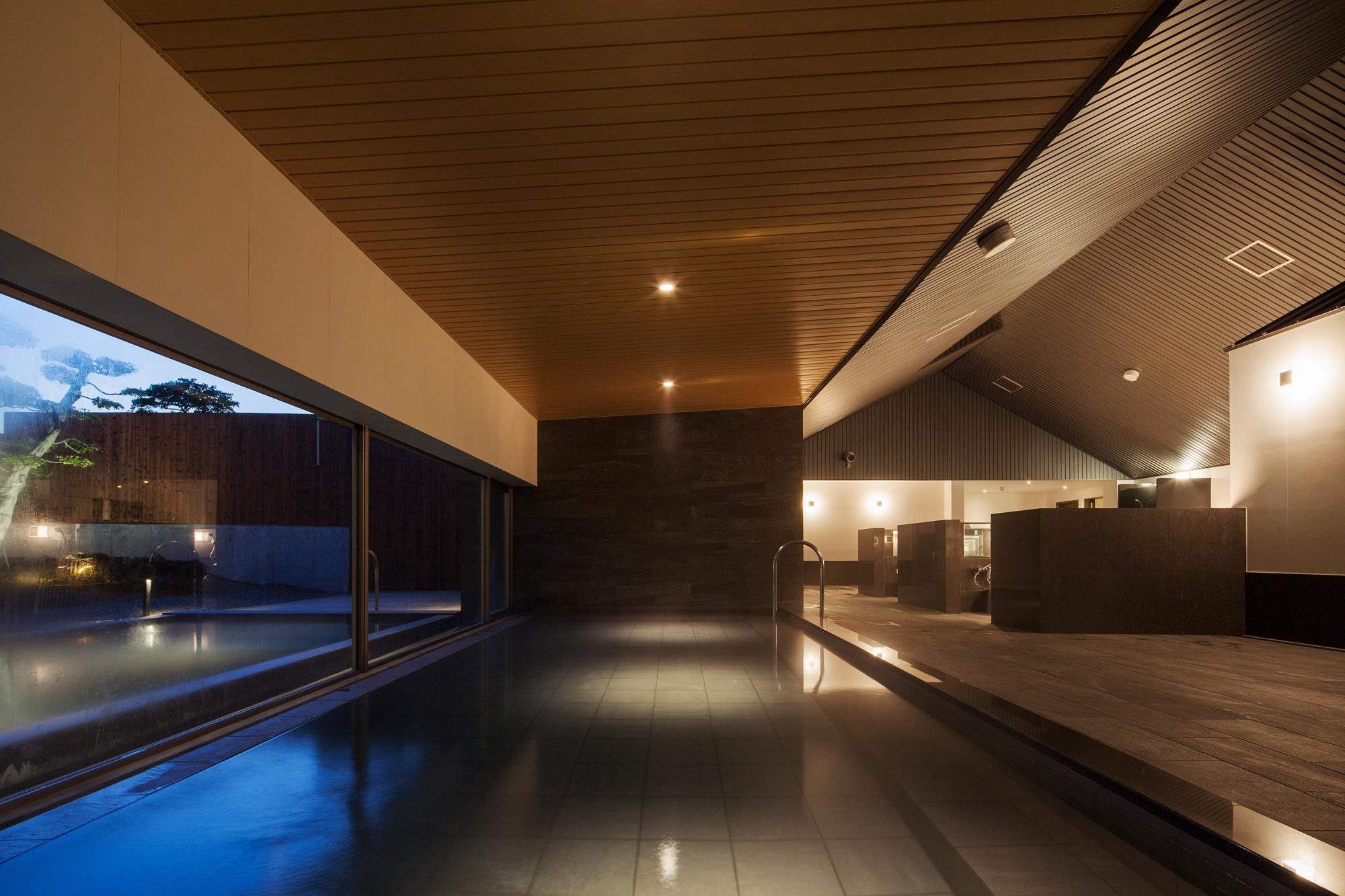内湯: 内湯部分は天井を低くし、落ち着きのある空間
