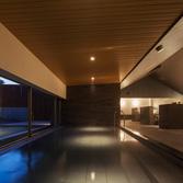 <p> 内湯: 内湯部分は天井を低くし、落ち着きのある空間 </p>