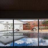 <p> 内部から庭を見る: 外部の景色が水面に映り込み、内と外の境界を曖昧にします </p>