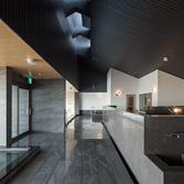 <p> 洗い場: 内湯に対して洗い場は天井を高くなっています。天窓からの優しい光が落ちてくる空間です </p>