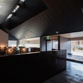 <p> 内部空間: 内湯部分と洗い場部分で天井高を変えて空間の質を変化させています </p>