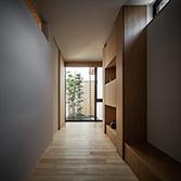 <p> 玄関: 突き当たりには[黒竹と苔むす岩の庭]がみえます </p>