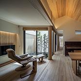 <p> ダイニングと居間: [黒竹と苔むす岩の庭]に面した家族の集うリビング・ダイニング。一体の空間となっている居間は、引き戸を締めれば客間として機能します </p>