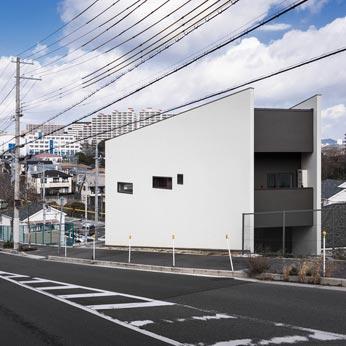 <p> 南西より: 高低差が激しい環境です。壁面や開口部は、道路側からの視線をコントロールするデザイン </p>