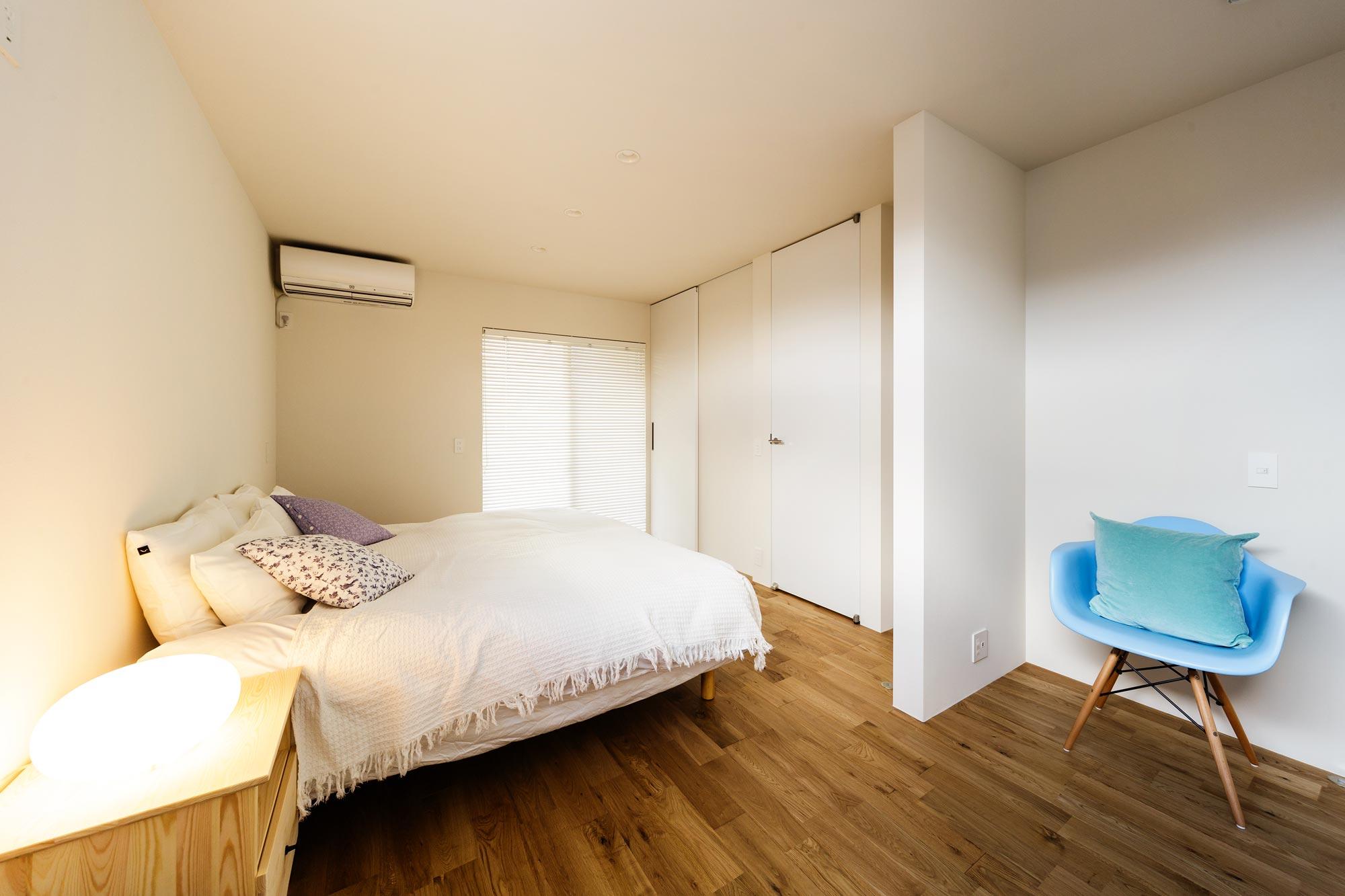 主寝室: 将来は間を仕切ってふたつの部屋にわけることができるよう、あらかじめ扉や収納、配線などに配慮しています
