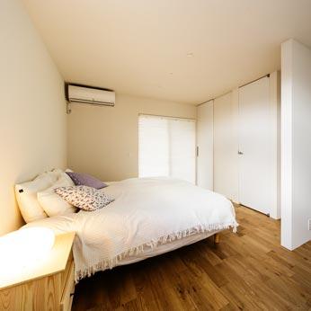 <p> 主寝室: 将来は間を仕切ってふたつの部屋にわけることができるよう、あらかじめ扉や収納、配線などに配慮しています </p>