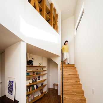 <p> 玄関ホール: 吹き抜けで2階LDKまでつながっているため、開放感のある空間です。階段横には、お気に入りのものを飾る棚が。ここへ「オープンに」収納することで、空間に個性がうまれていきます </p>