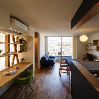 <p> 2階全景: すこしでも広くLDKが感じれるよう、書斎とリビングをひとつにしています。書斎コーナーの向こうが吹き抜けにつながっているのも、広く感じる工夫のひとつ。左手奥が和室です </p>