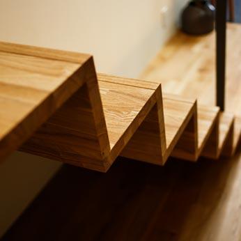 <p> 階段:軽快でモダンなデザインに仕上げました </p>