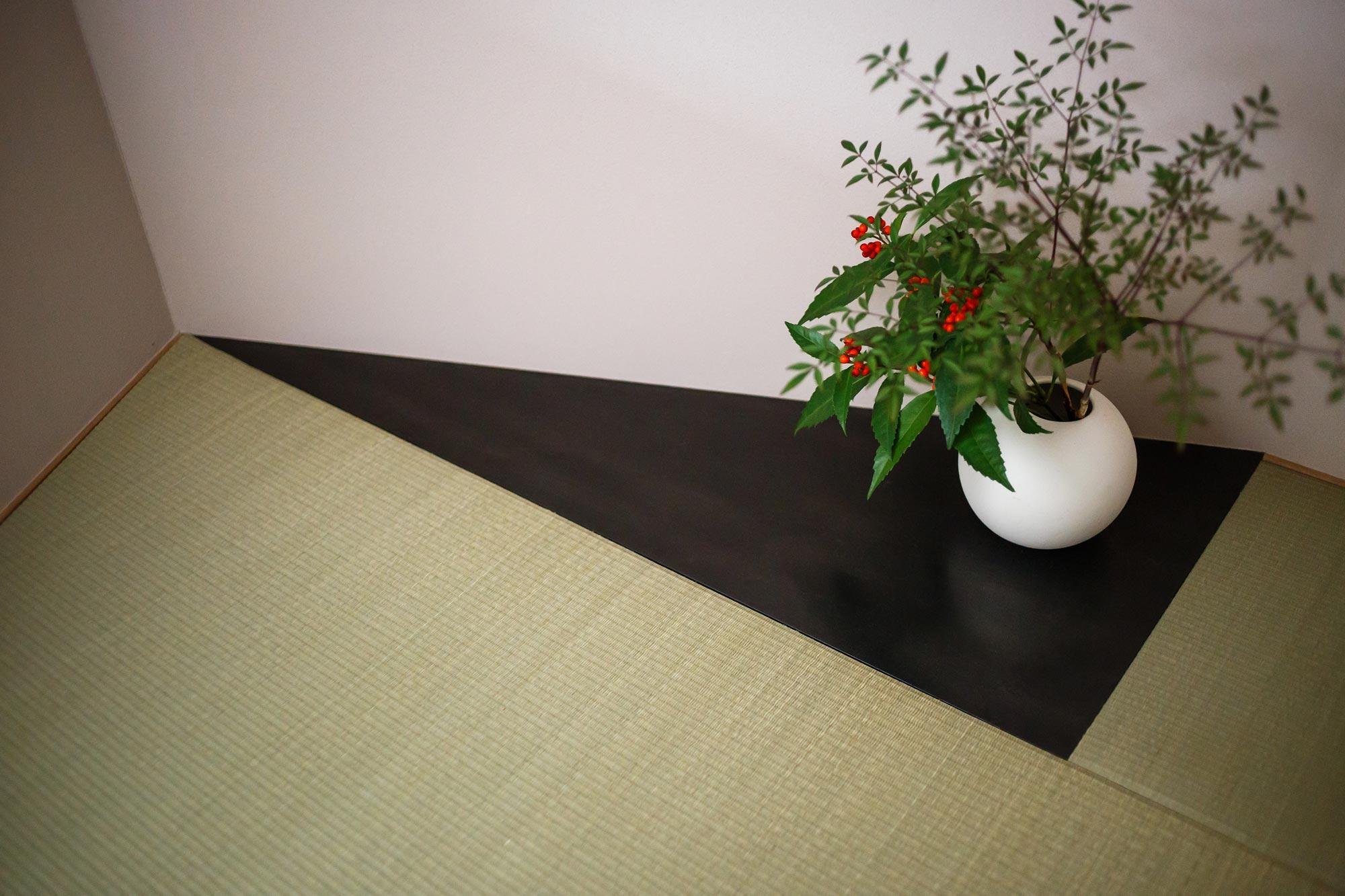 和室の床の間:黒皮鉄でつくり、すこしモダンな雰囲気に。季節の花などを飾ってアクセントに