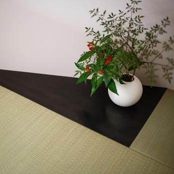<p> 和室の床の間:黒皮鉄でつくり、すこしモダンな雰囲気に。季節の花などを飾ってアクセントに </p>