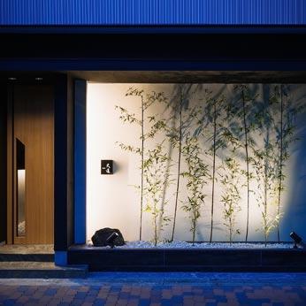 <p> エントランス: 竹のシルエットを壁に映しだしています </p>