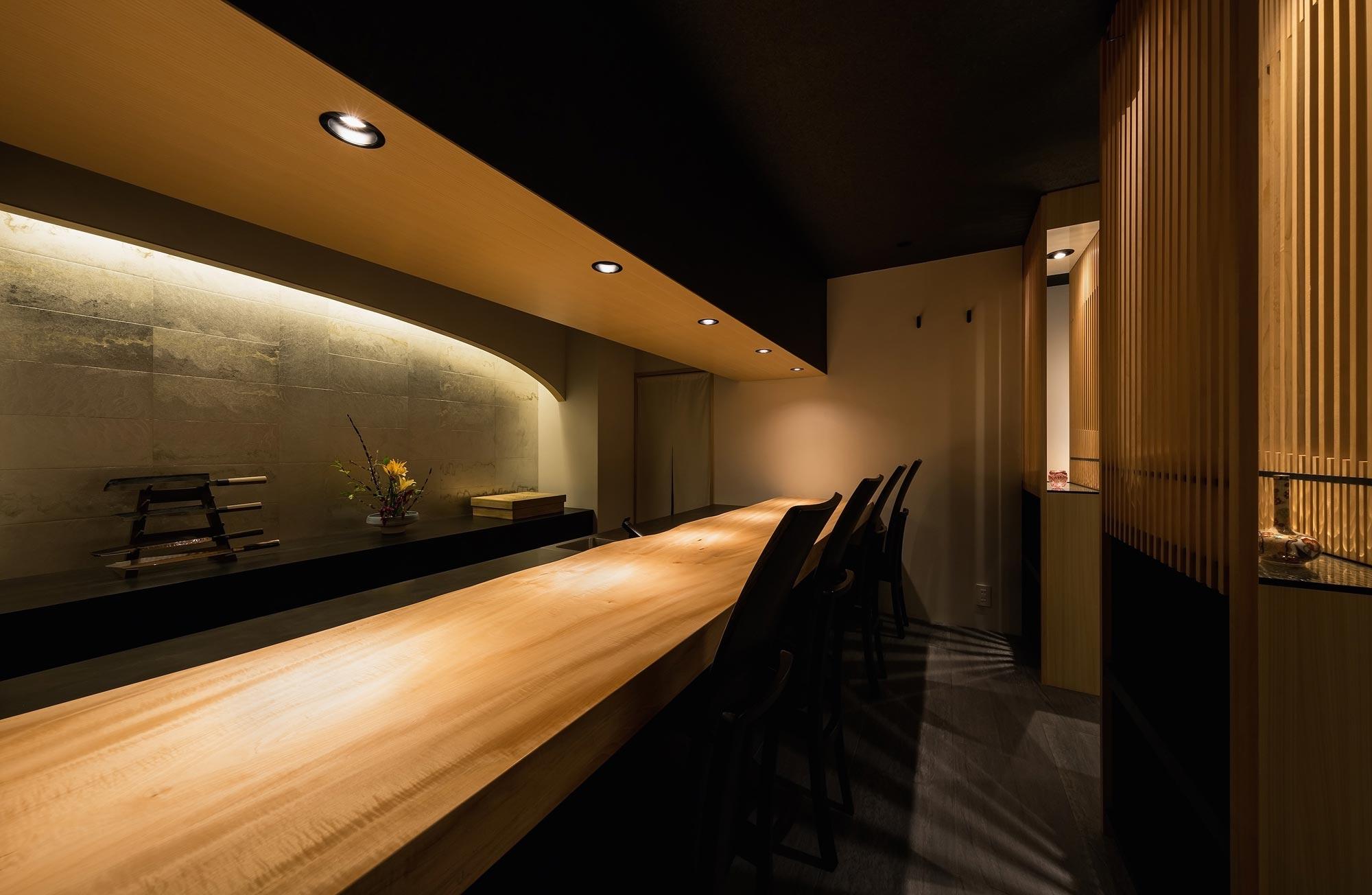 <p> カウンター材は樹齢100年を超える奈良県産の栃の木。厨房の背面の壁には、職人によって一点一点丁寧につくられた肉厚の錫板が貼られています </p>