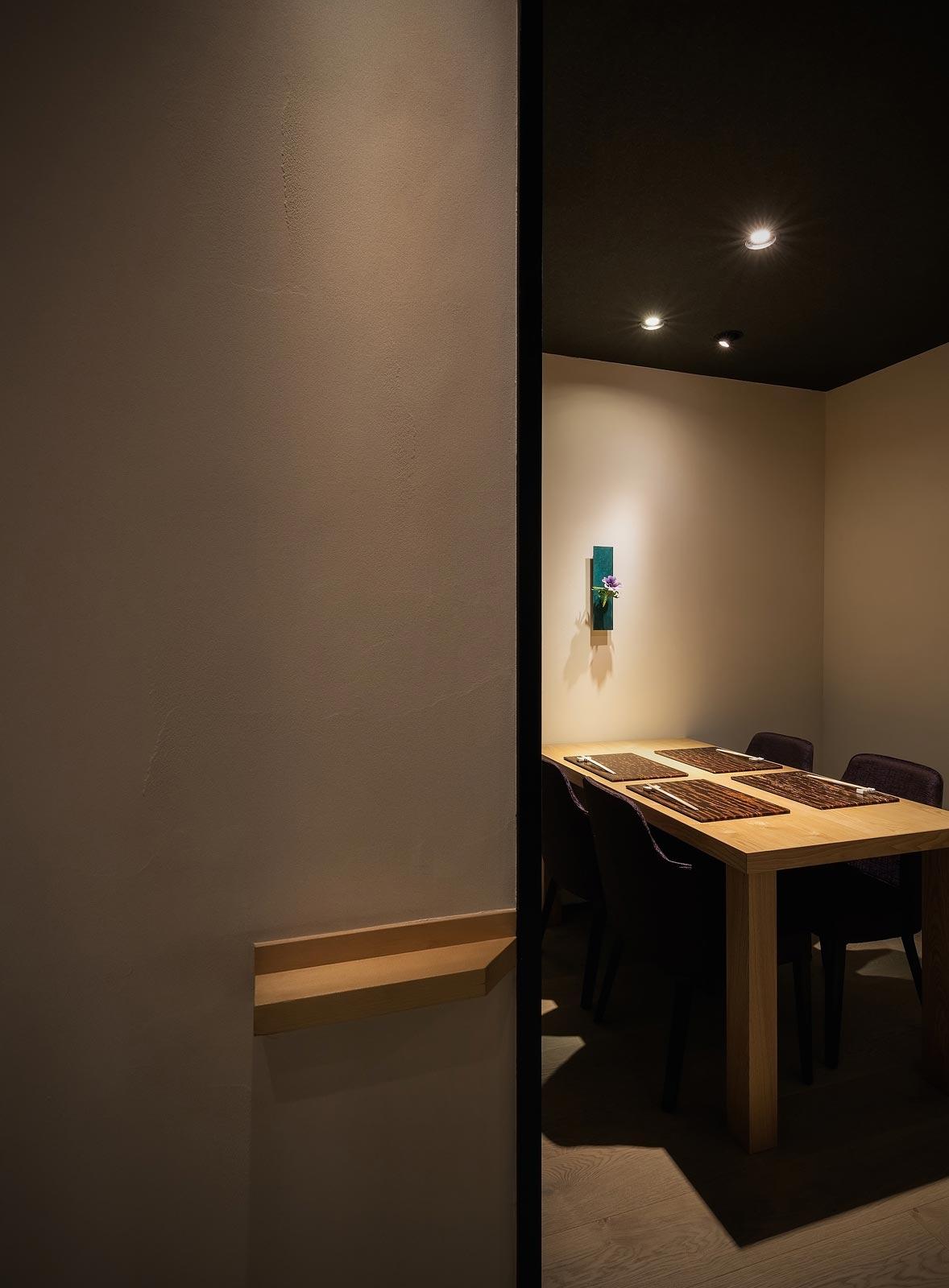 <p> 4人個室:テーブルは栗の木。床はフローリング </p>