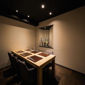<p> 6人個室:栓の木のテーブルは伸縮式で8人掛けとなります。床は錆鉄タイル </p>