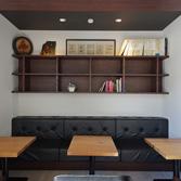 <p> 客席: 店内奥のブースは落ち着いてくつろげる空間となるよう、天井高を低く設定しています </p>