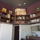 <p> 本棚: 古今東西のさまざまな本や絵、模型などがディスプレイされ、知的で楽しい雰囲気に </p>