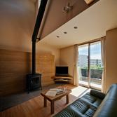 <p> リビングから吹抜けの見上げ: タイル貼りの土間にはこの家の主役・薪ストーブが置かれています。冬の夜には家族でゆらめく炎を眺めながらのひとときを </p>