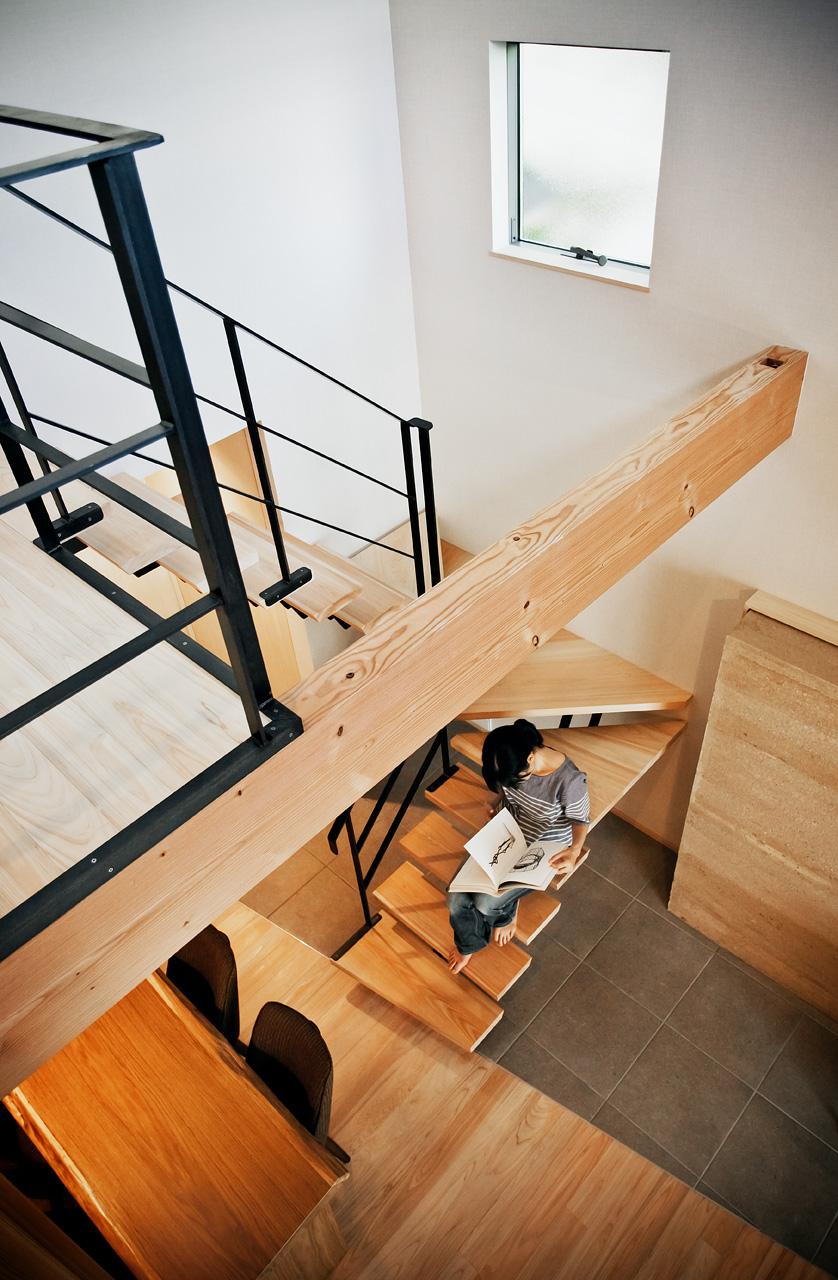 2階から1階を見る: 階段の板にも30mmと肉厚な桧板を使っています。自然素材の力強さに包まれる空間です