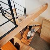 <p> 2階から1階を見る: 階段の板にも30mmと肉厚な桧板を使っています。自然素材の力強さに包まれる空間です </p>