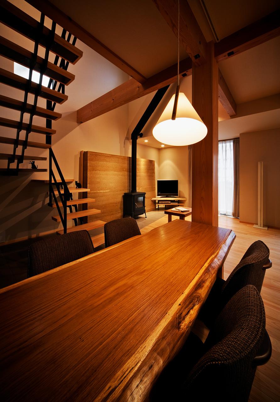 ダイニングテーブル: この一枚板のテーブルも、クライアントとともに材木市場で吟味して仕入れた70mm厚のナラ材で、棟梁によって丁寧に仕上げられています