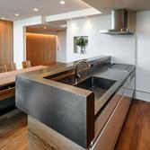 <p> キッチンカウンター: エッジをシャープにし、金属の塊のように見えるデザインをこころがけました </p>