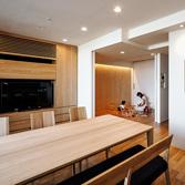 <p> キッチンよりリビング─子供たちの遊び部屋を見る: 子供たちの遊び部屋はリビングと繋がっていて、キッチンから常に見渡すことができます </p>